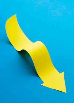 Alto angolo di freccia gialla
