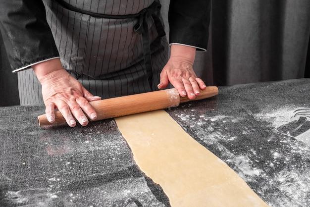 Alto angolo di impasto per lo chef
