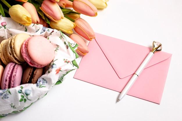Alto angolo di macarons e tulipani di san valentino