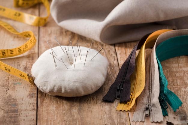 Alto angolo di misurazione del nastro con aghi per cucire e cerniere