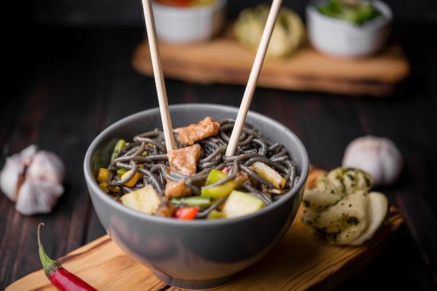 Alto angolo di noodles con verdure e aglio