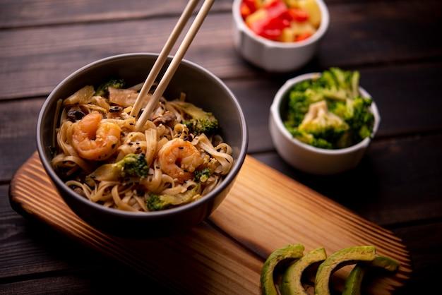 Alto angolo di noodles in una ciotola con gamberi