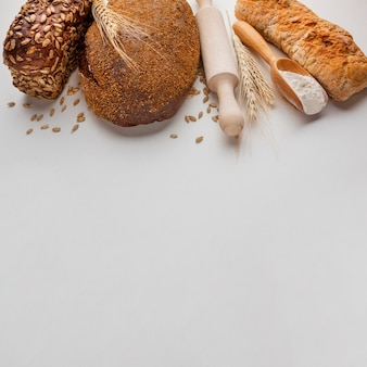 Alto angolo di pane e mattarello