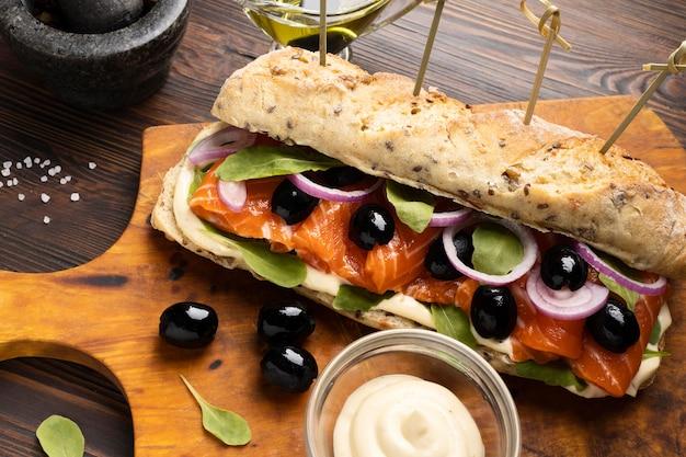 Alto angolo di panino con salmone e cipolle