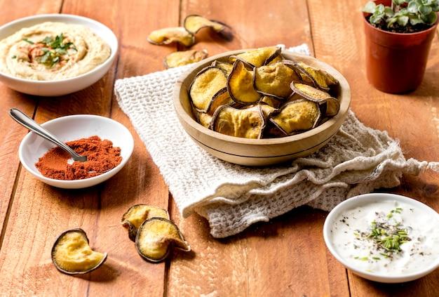 Alto angolo di patate arrosto con hummus