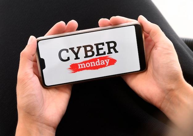 Alto angolo di persona che tiene smartphone per cyber lunedì