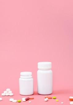 Alto angolo di pillole con copia spazio e contenitori