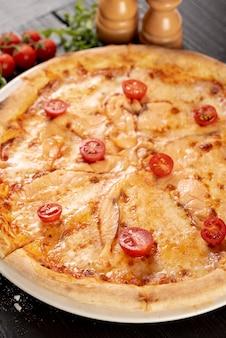 Alto angolo di pizza delicata sulla tavola di legno