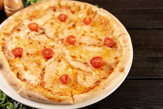Alto angolo di pizza sulla tavola di legno