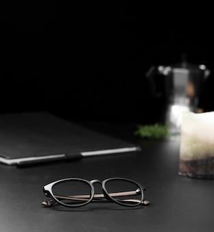 Alto angolo di postazione di lavoro con occhiali e tablet
