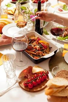 Alto angolo di ricco tavolo da pranzo