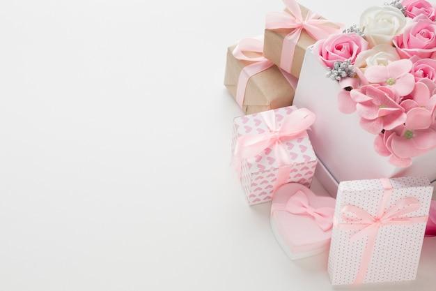 Alto angolo di rose in scatola con regali