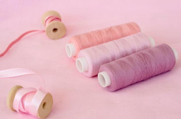 Alto angolo di rotoli di filo rosa con nastro
