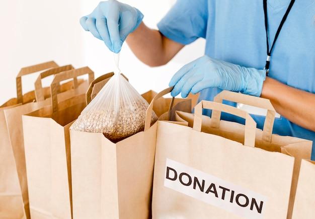 Alto angolo di sacchi di provvigione per donazione