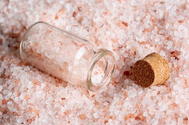 Alto angolo di sale con contenitore e sughero