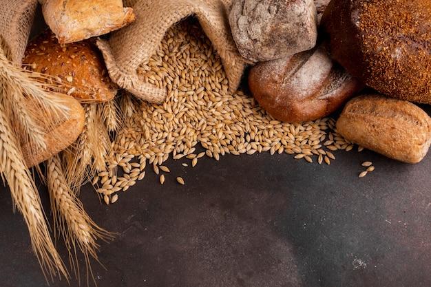 Alto angolo di semi di grano fuoriuscita dal sacchetto di iuta