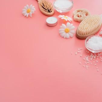 Alto angolo di spazzole spa e fiori di camomilla