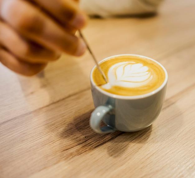 Alto angolo di tazza di caffè con decorazione sulla parte superiore