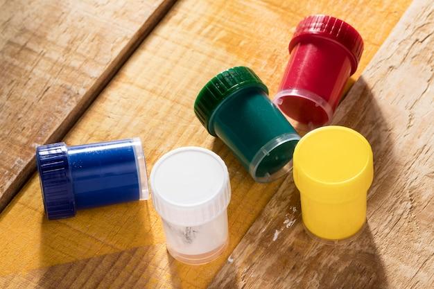 Alto angolo di tazze di vernice colorata