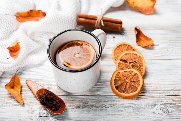 Alto angolo di tè caldo con arancia