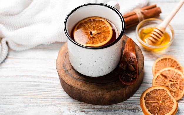 Alto angolo di tè con arancia e miele
