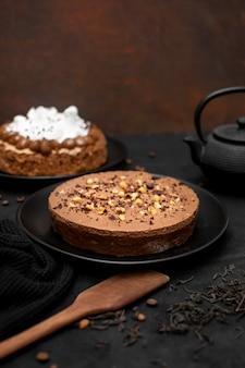 Alto angolo di torta sul piatto con spatola