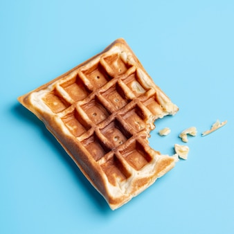 Alto angolo di waffle con morso