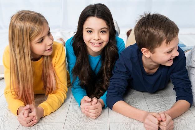 Alto angolo per bambini sul pavimento