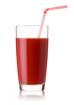 Alto bicchiere di succo di pomodoro con una cannuccia rossa