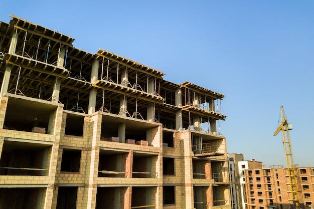 Alto edificio residenziale multipiano in costruzione
