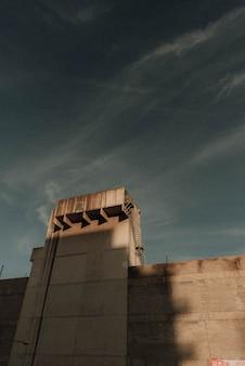 Alto muro con una torre con un cielo scuro