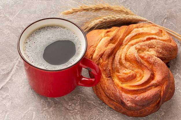 Alto vicino croccante del caffè e del bagel