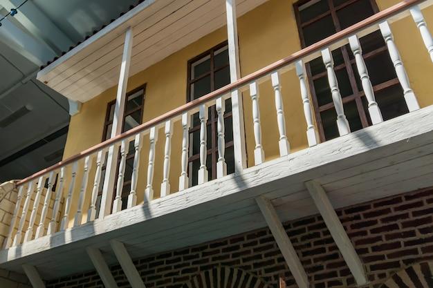Alto vicino del balcone di legno e del metallo