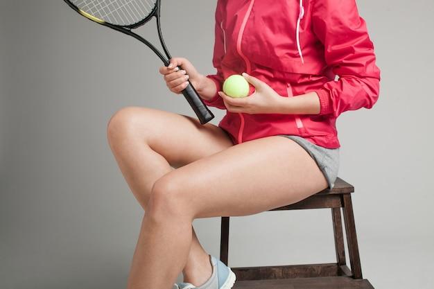 Alto vicino del tennis della giovane donna