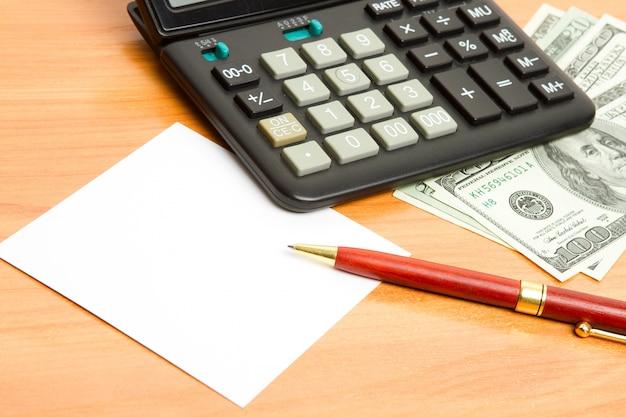 Alto vicino della penna, del calcolatore e dei soldi.