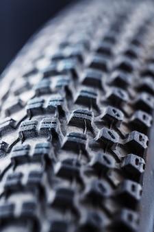 Alto vicino della ruota e della gomma di bicicletta sull'estratto del passo