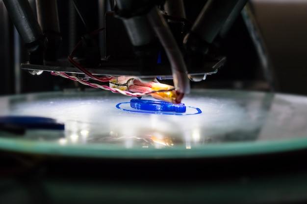 Alto vicino di processo di stampa 3d. stampante tridimensionale automatica 3d