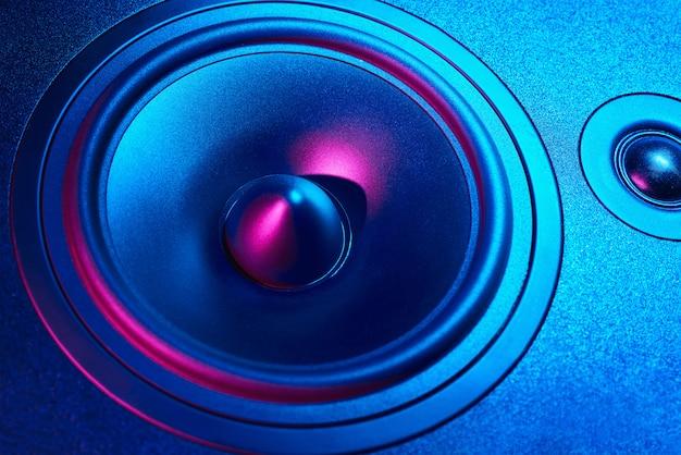 Altoparlante audio audio con luci al neon su sfondo scuro