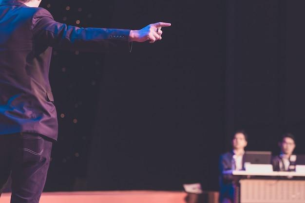Altoparlante che dà un discorso in sala conferenze all'evento aziendale. pubblico nella sala delle conferenze. concetto di business e imprenditorialità