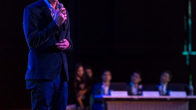 Altoparlante che dà un discorso in sala conferenze all'evento aziendale. pubblico nella sala delle conferenze.