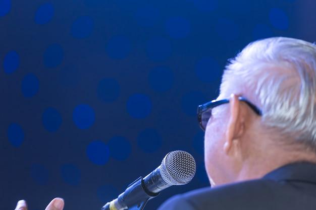 Altoparlante che fa un discorso sulla sala conferenze aziendali o sullo sfondo della sala seminari aziendali.