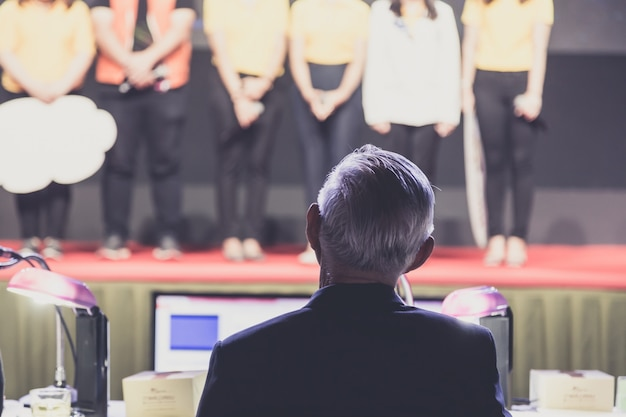 Altoparlante che fa un discorso sulla sala riunioni di business aziendale o sullo sfondo della sala seminario.