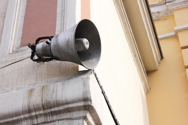 Altoparlante sul vecchio edificio. informazione e comunicazione