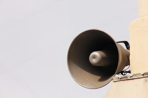 Altoparlante sull'edificio. informazione e comunicazione.