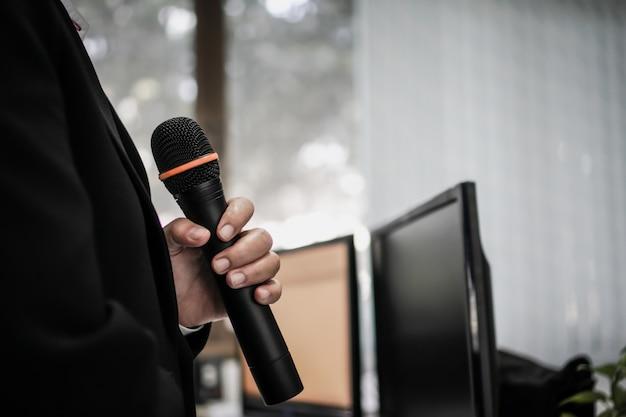 Altoparlante tenere il microfono per la voce