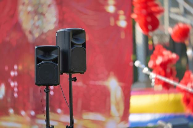 Altoparlanti e stand di fronte al palco