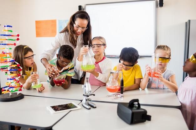 Alunni che fanno scienze con un insegnante