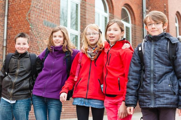Alunni nel cortile della scuola della loro scuola