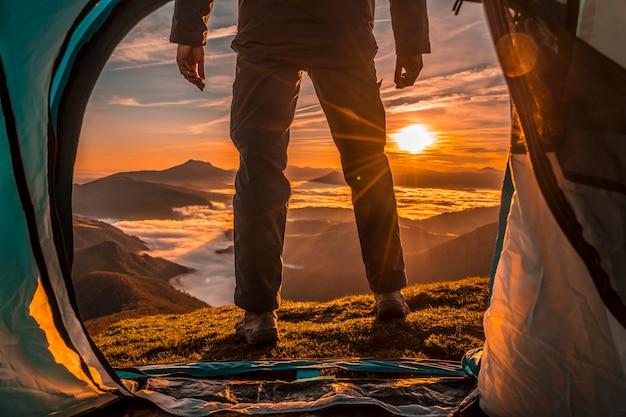 Alzati dalla tenda una bellissima alba. paesi baschi