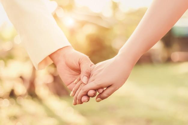 Ama la mano, il matrimonio, il giorno di san valentino, insieme, tenendoti per mano.
